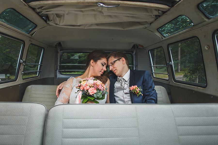 Un mariage rétro et champêtre en combi VW rouge avec Maria & Matthieu