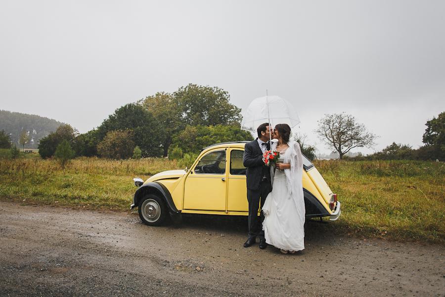 Un mariage en Bretagne à Nantes en 2CV jaune sous la pluie avec Titaïna & Malo
