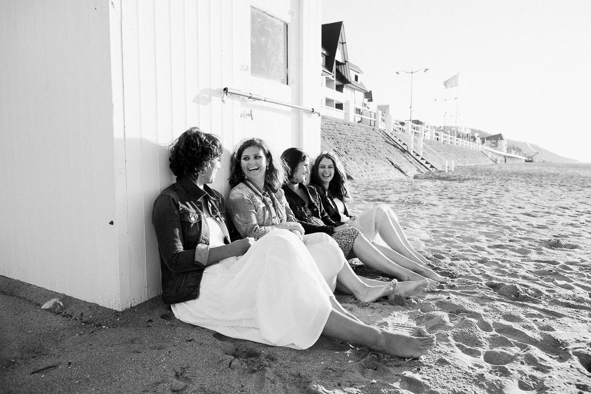 un-EVJF-à-la-mer-sur-la-plage-marine-szczepaniak-photographe-mariage-nord-pas-de-calais-20
