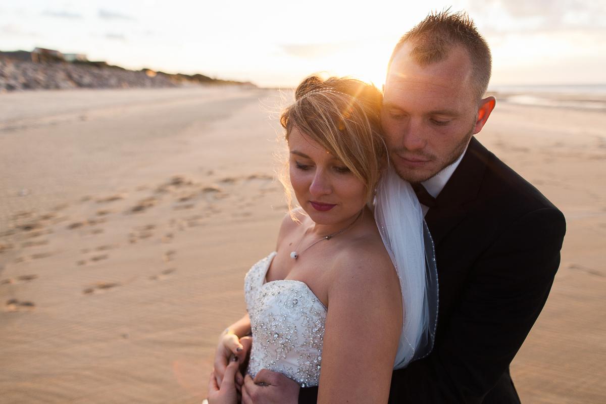 Day-after-sur-la-plage-à-la-mer-couché-du-soleil-golden-hour-Marine-Szczepaniak-Photographe-mariage-Nord-pas-de-calais-10