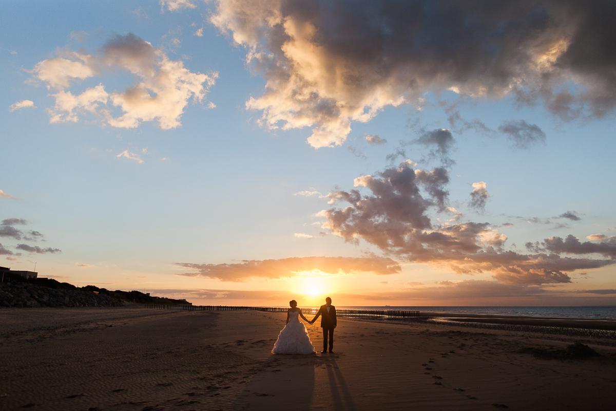Day-after-sur-la-plage-à-la-mer-couché-du-soleil-golden-hour-Marine-Szczepaniak-Photographe-mariage-Nord-pas-de-calais-13
