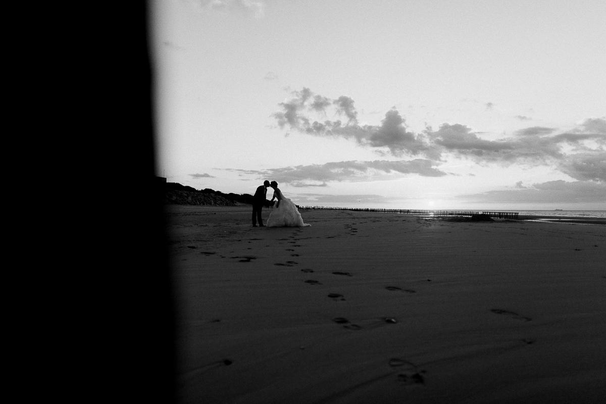 Day-after-sur-la-plage-à-la-mer-couché-du-soleil-golden-hour-Marine-Szczepaniak-Photographe-mariage-Nord-pas-de-calais-14