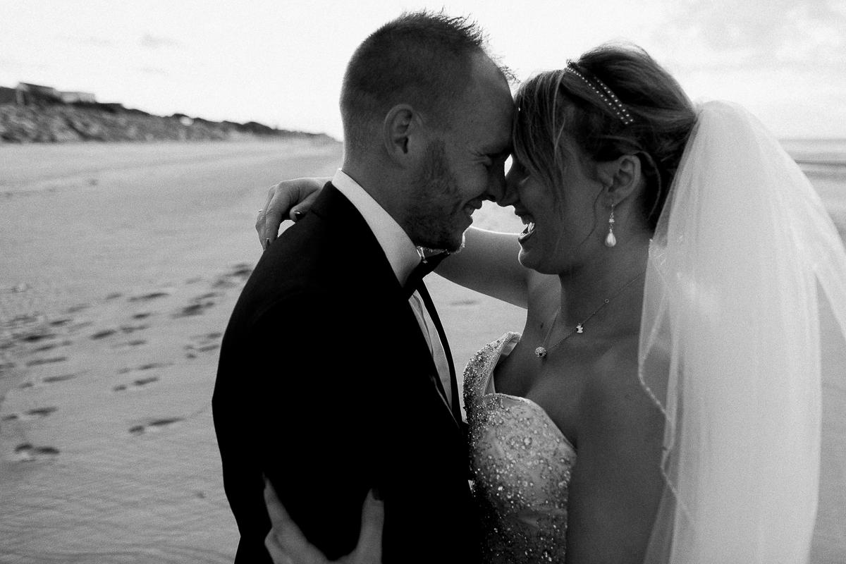 Day-after-sur-la-plage-à-la-mer-couché-du-soleil-golden-hour-Marine-Szczepaniak-Photographe-mariage-Nord-pas-de-calais-7