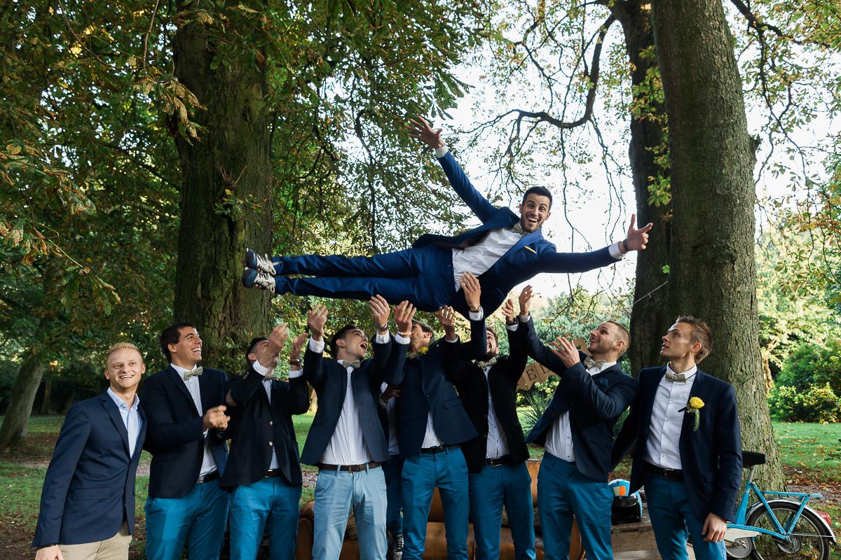 Un-mariage-vintage-jaune-et-bleu-en-moto-et-mini-cooper-au-manoir-des-lys-auchel-marine-szczepaniak-photographe-mariage-nord-pas-de-calais-167