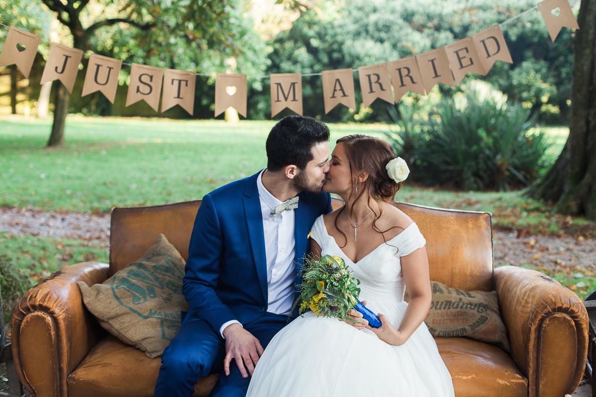 Un mariage vintage en jaune et bleu au manoir des Lys – Charlotte & Paul