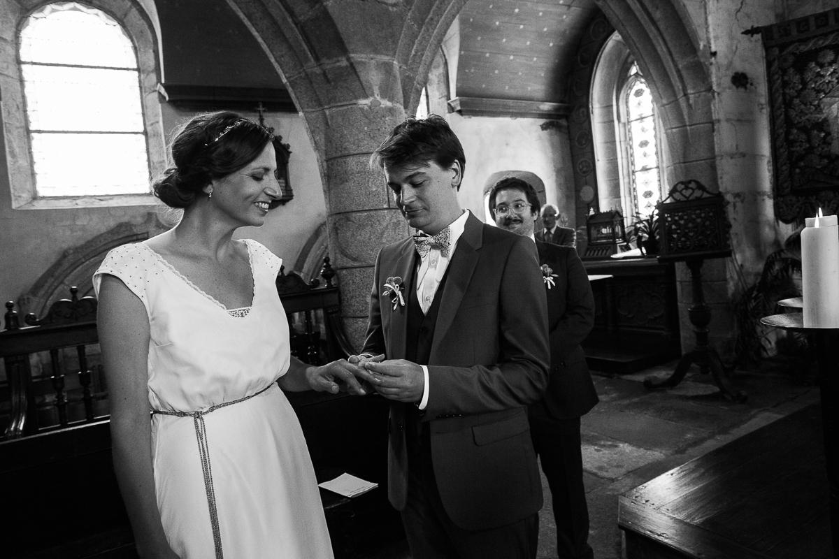 Un-mariage-champêtre-en-Bretagne-en-liberty-jaune-et-bleu-sous-le-soleil-julie-guillaume-marine-szczepaniak-photographe-mariage-nord-pas-de-calais-lille-lens-béthune-arras-lillers-25