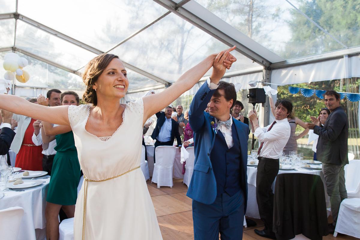 Un-mariage-champêtre-en-Bretagne-en-liberty-jaune-et-bleu-sous-le-soleil-julie-guillaume-marine-szczepaniak-photographe-mariage-nord-pas-de-calais-lille-lens-béthune-arras-lillers-47
