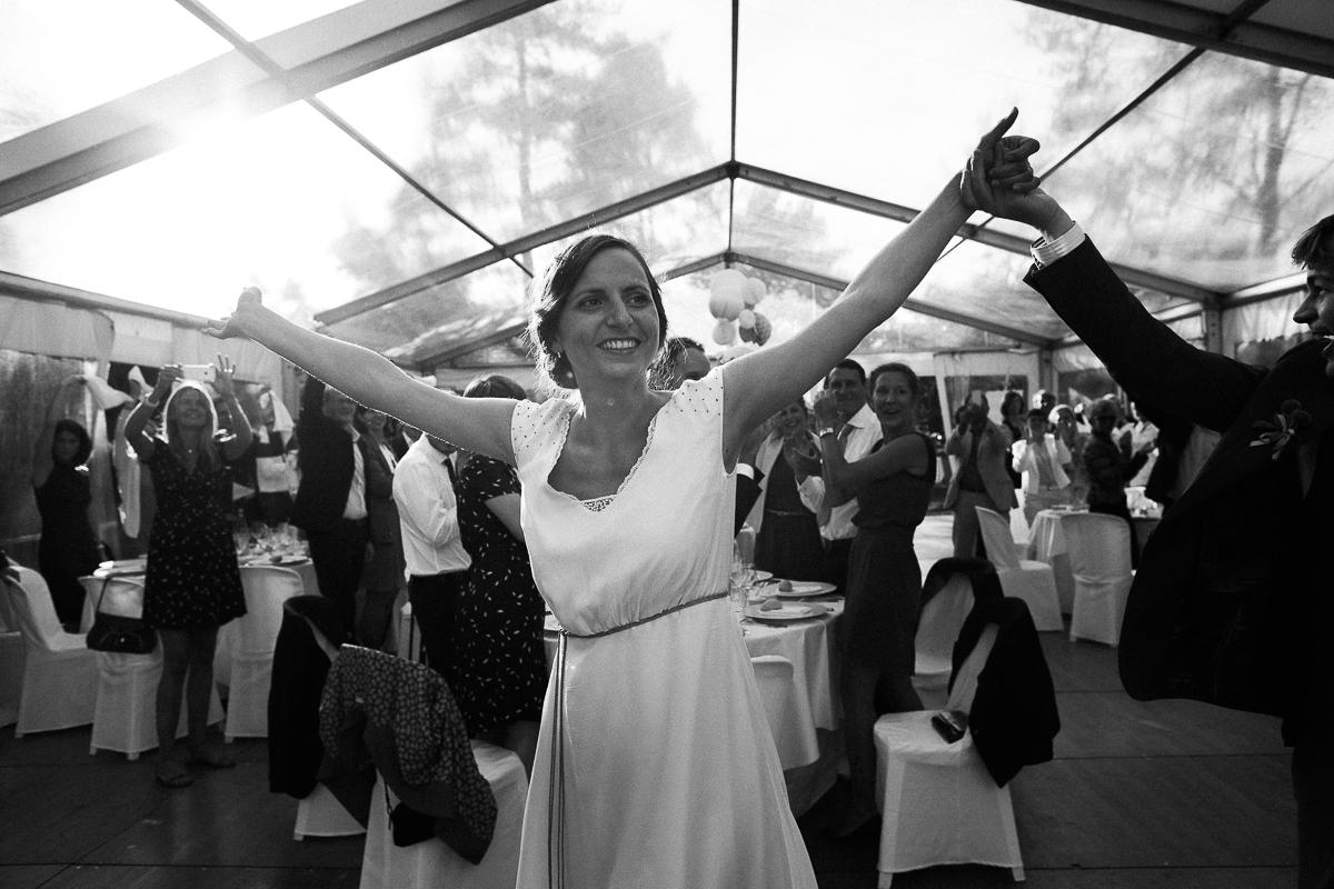 Un-mariage-champêtre-en-Bretagne-en-liberty-jaune-et-bleu-sous-le-soleil-julie-guillaume-marine-szczepaniak-photographe-mariage-nord-pas-de-calais-lille-lens-béthune-arras-lillers-48