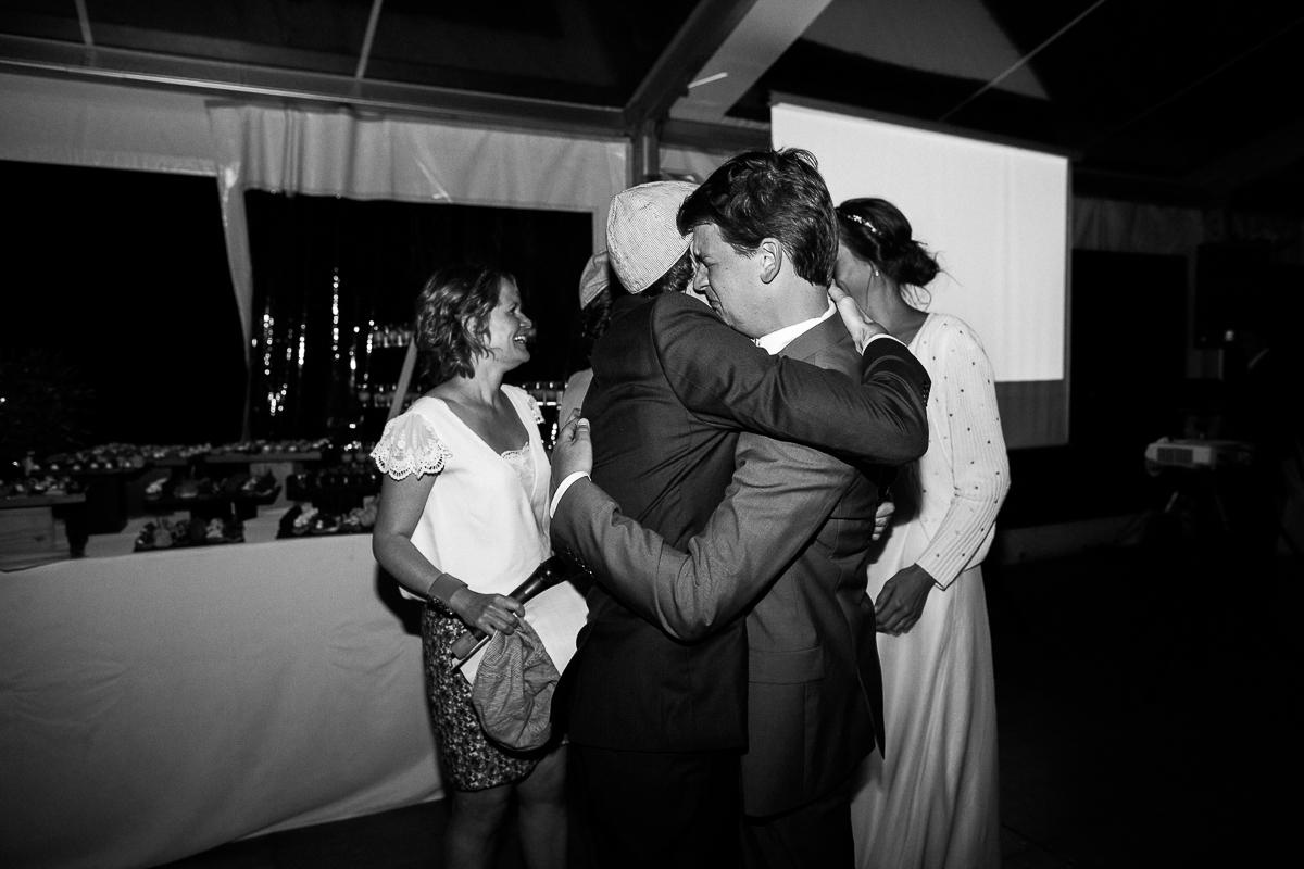 Un-mariage-champêtre-en-Bretagne-en-liberty-jaune-et-bleu-sous-le-soleil-julie-guillaume-marine-szczepaniak-photographe-mariage-nord-pas-de-calais-lille-lens-béthune-arras-lillers-55