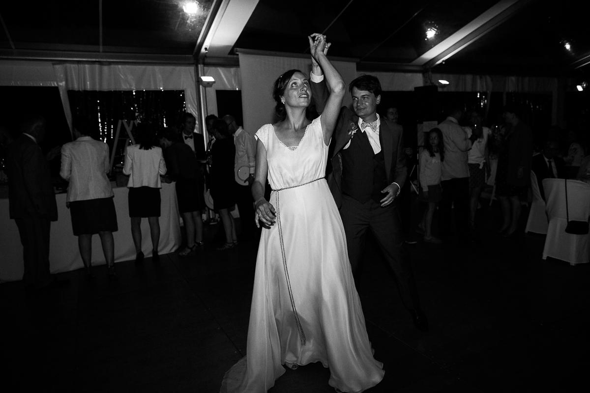 Un-mariage-champêtre-en-Bretagne-en-liberty-jaune-et-bleu-sous-le-soleil-julie-guillaume-marine-szczepaniak-photographe-mariage-nord-pas-de-calais-lille-lens-béthune-arras-lillers-56