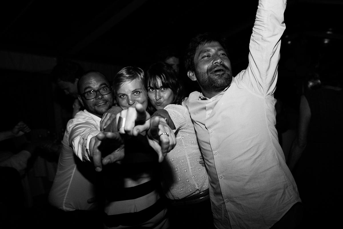 Un-mariage-champêtre-en-Bretagne-en-liberty-jaune-et-bleu-sous-le-soleil-julie-guillaume-marine-szczepaniak-photographe-mariage-nord-pas-de-calais-lille-lens-béthune-arras-lillers-57