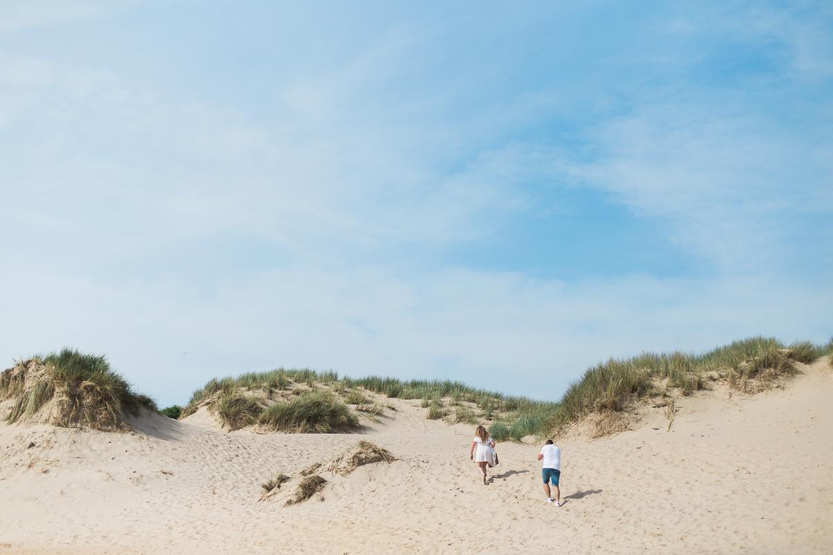 Séance-engagement-à-la-plage-en-bord-de-mer-à-Hardelot-Marine-Szczepaniak-photographe-mariage-nord-pas-de-calais-003