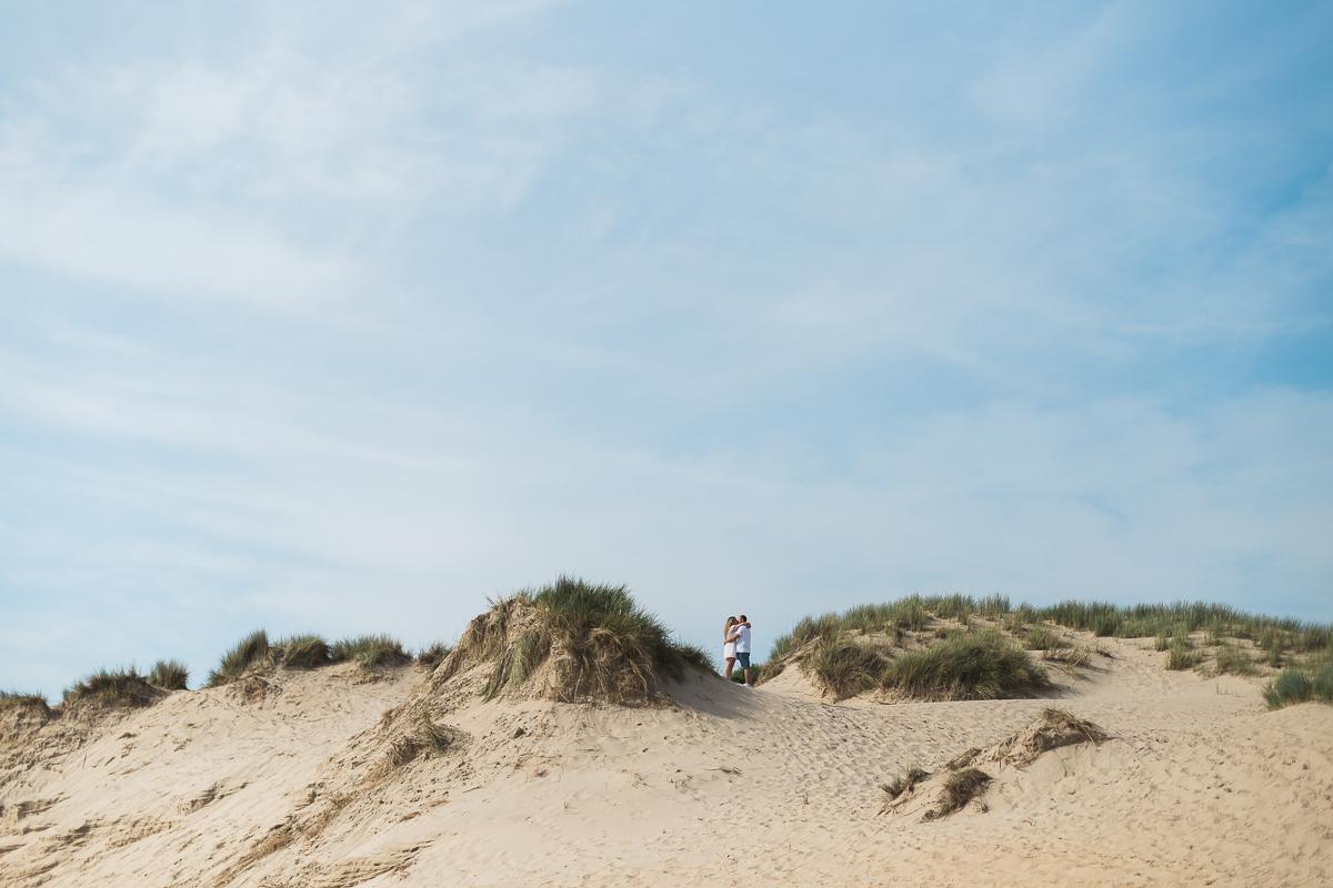 Séance-engagement-à-la-plage-en-bord-de-mer-à-Hardelot-Marine-Szczepaniak-photographe-mariage-nord-pas-de-calais-004