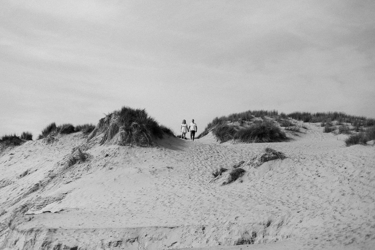Séance-engagement-à-la-plage-en-bord-de-mer-à-Hardelot-Marine-Szczepaniak-photographe-mariage-nord-pas-de-calais-006