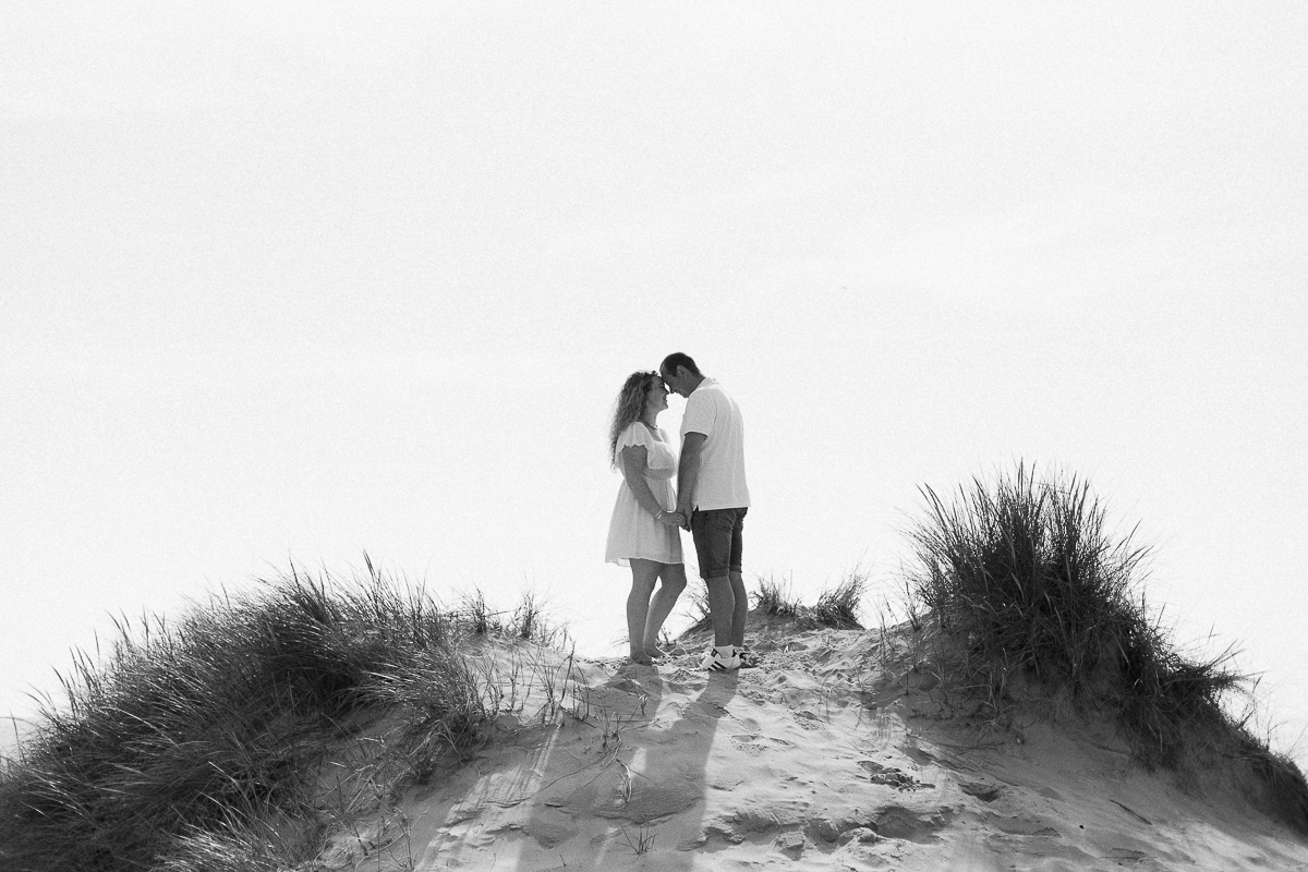 Séance-engagement-à-la-plage-en-bord-de-mer-à-Hardelot-Marine-Szczepaniak-photographe-mariage-nord-pas-de-calais-007
