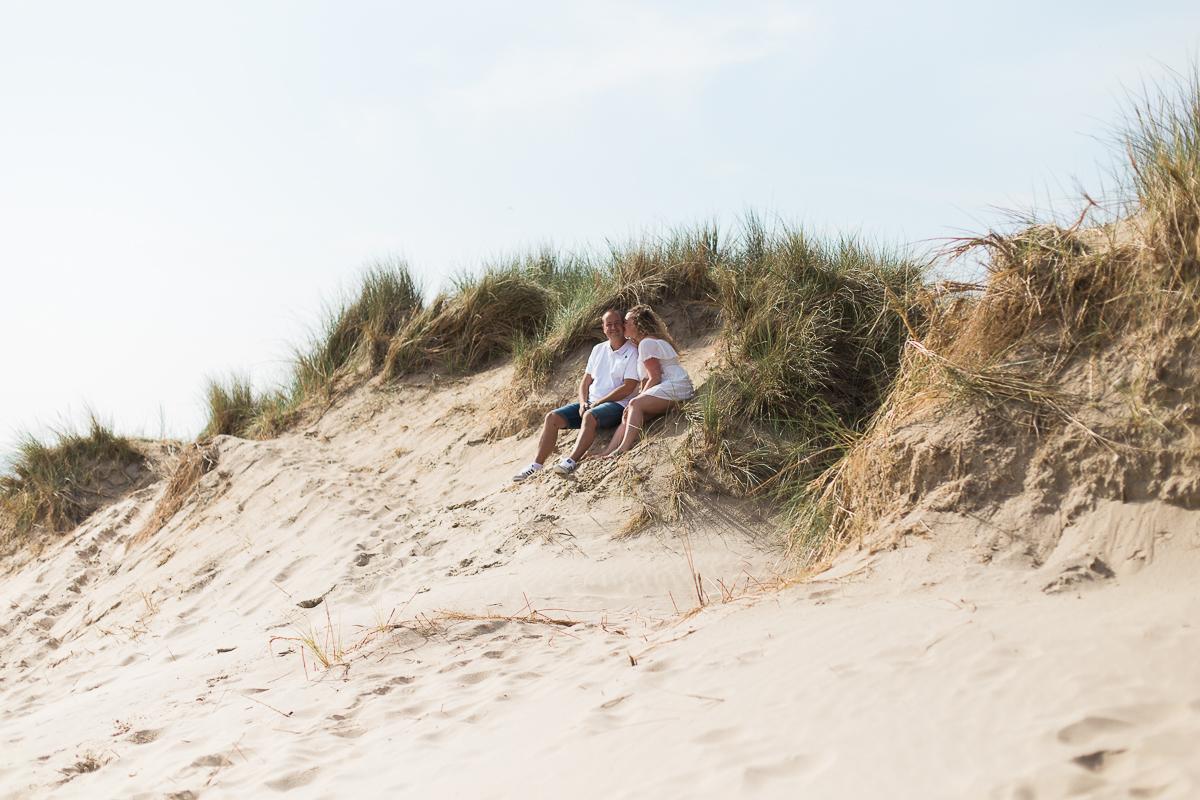 Séance-engagement-à-la-plage-en-bord-de-mer-à-Hardelot-Marine-Szczepaniak-photographe-mariage-nord-pas-de-calais-008