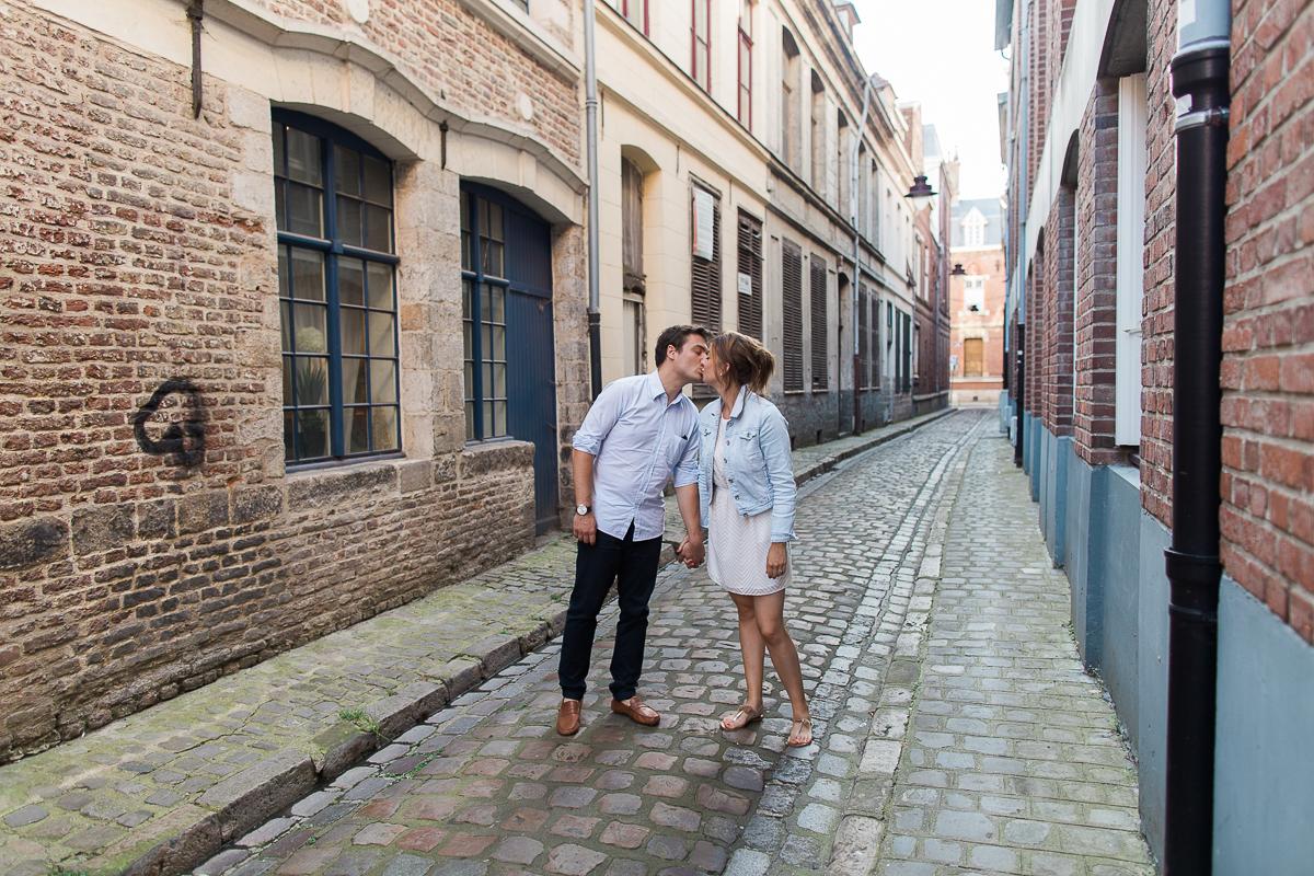 Seance-couple-dans-le-vieux-lille-engagement-avant-le-mariage-marine-szczepaniak-photographe-mariage-lifestyle-nord-pas-de-calais-bethune-lille-lens-arras-31