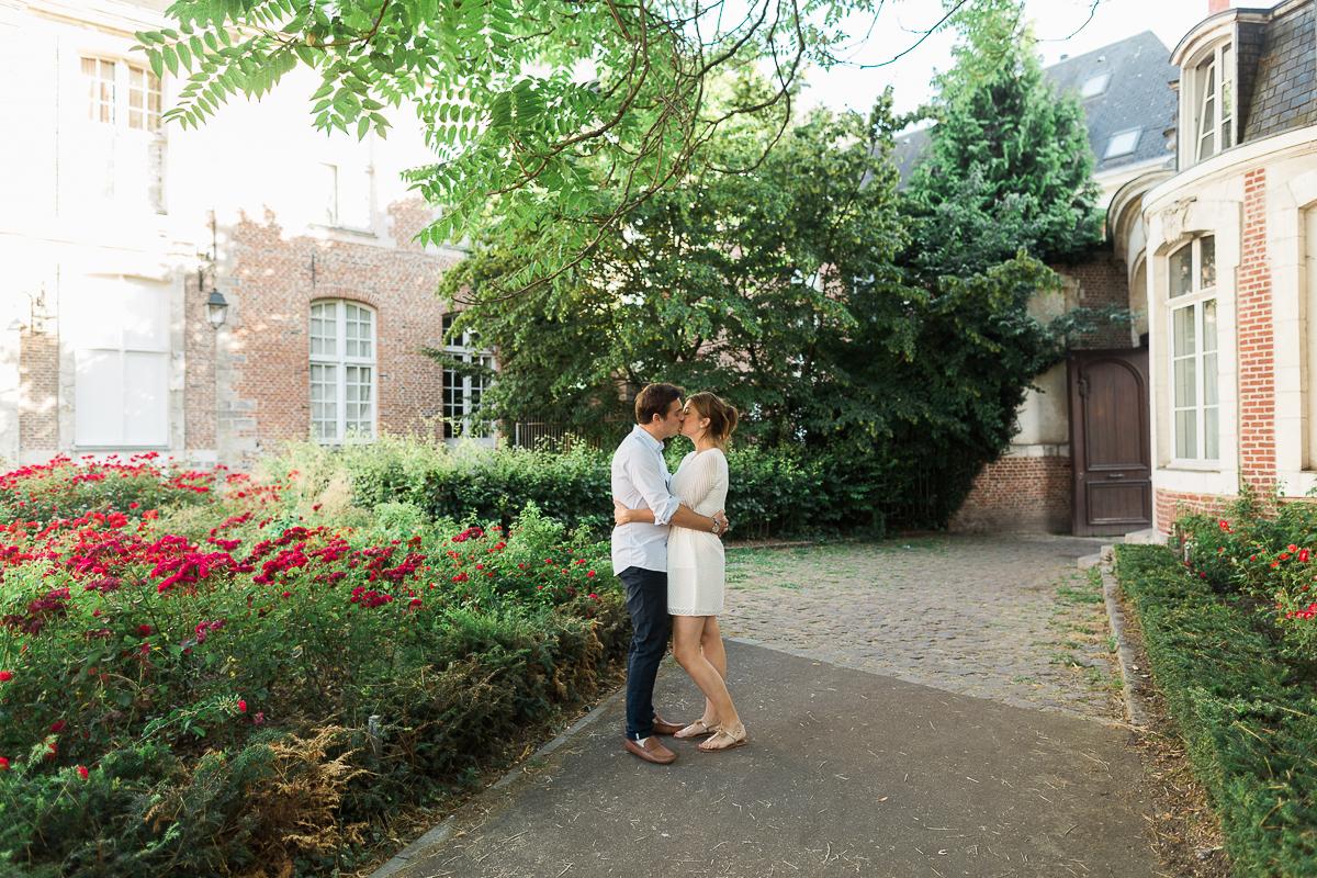 Seance-couple-dans-le-vieux-lille-engagement-avant-le-mariage-marine-szczepaniak-photographe-mariage-lifestyle-nord-pas-de-calais-bethune-lille-lens-arras-33