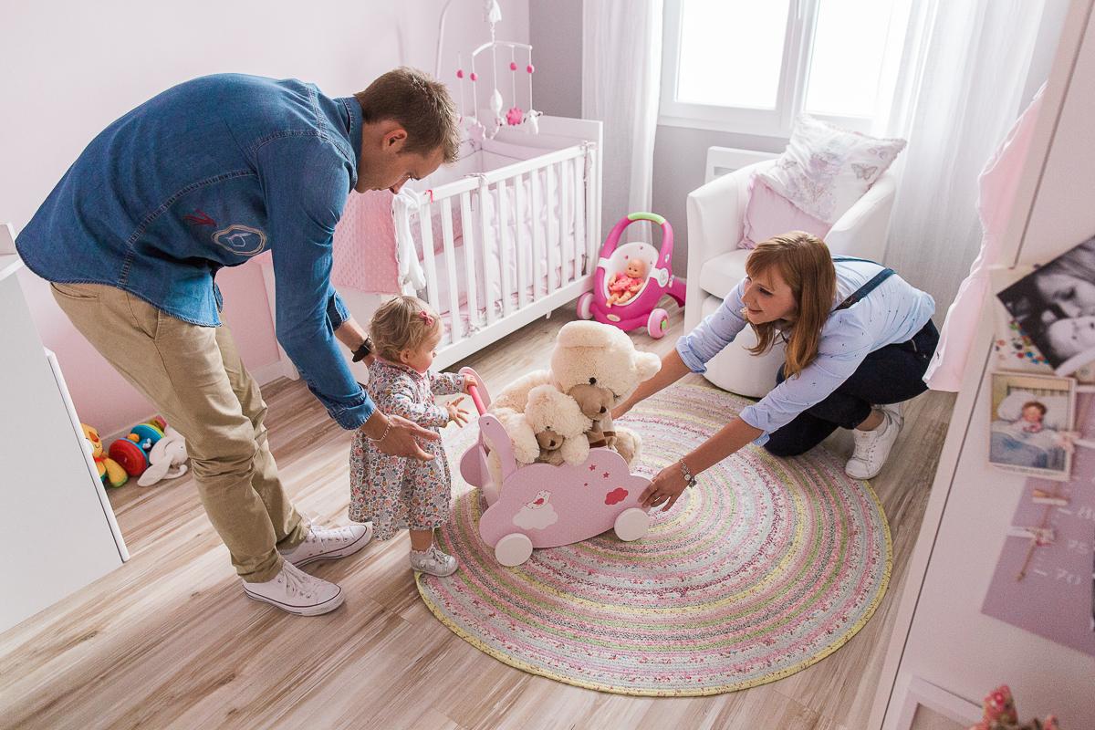 seance-en-famille-dans-la-chambre-de-rose-marine-szczepaniak-photographe-lifestyle-famille-naissance-enfant-nord-pas-de-calais-bethune-lille-38