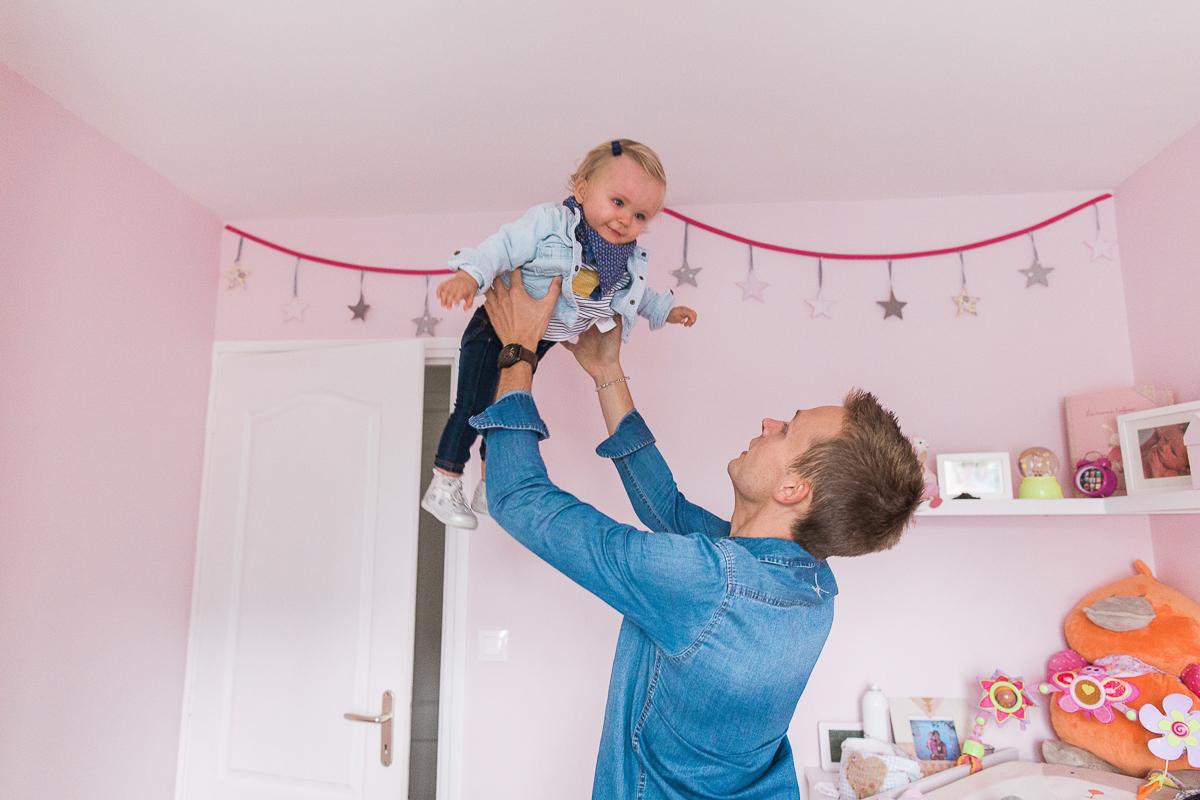 seance-en-famille-dans-la-chambre-de-rose-marine-szczepaniak-photographe-lifestyle-famille-naissance-enfant-nord-pas-de-calais-bethune-lille-47
